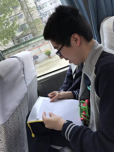 图为武汉市武珞路中学九年级18班学生李垚酉。
