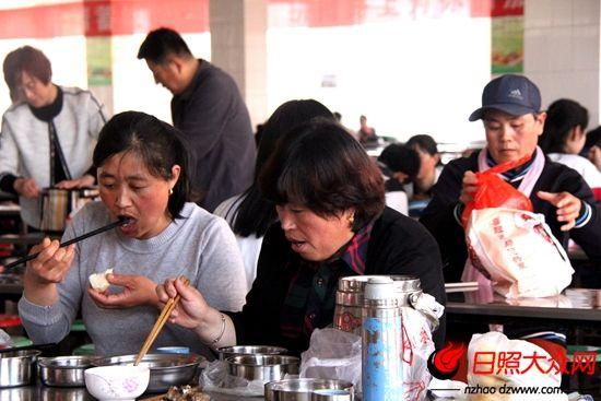 送饭母亲们的午餐是孩子们的剩饭剩菜。