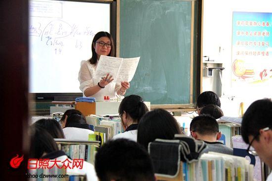 高三课堂上,老师在讲解试题。