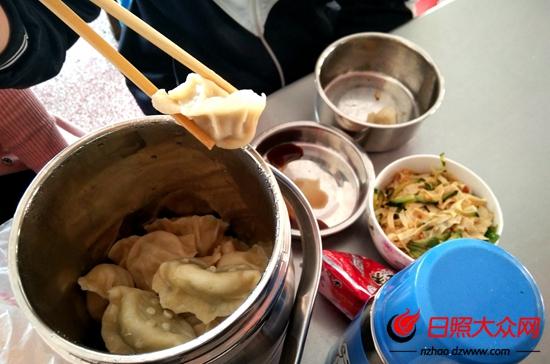 中午这位送饭妈妈包了孩子最爱吃的饺子。