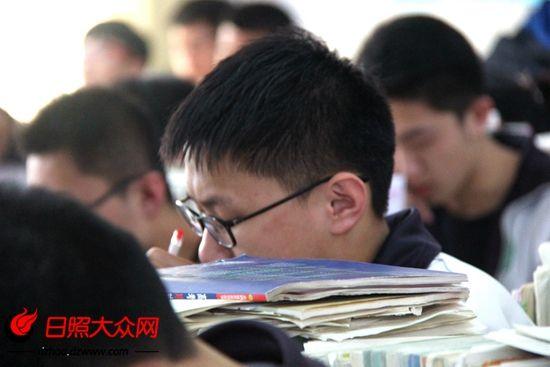 认真学习的高三学生。