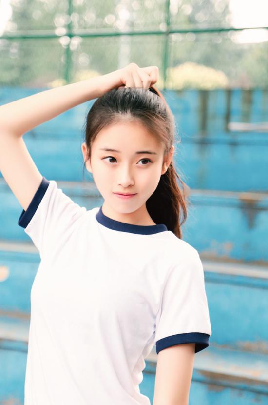 近日,艺考生苏源源_在微博晒出写真及生活照,青春靓丽少女感十足,有网友称其神似阚清子。