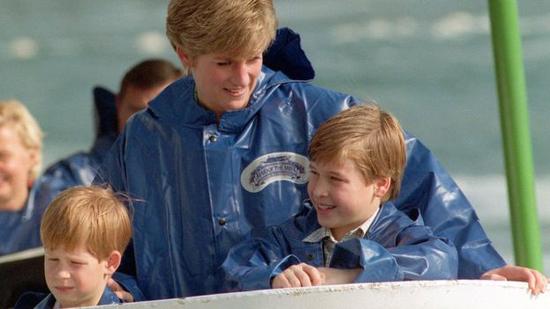戴安娜王妃(中)去世时,哈里王子(左)才12岁。