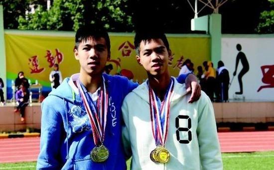 图为两兄弟在运动会中获得奖牌