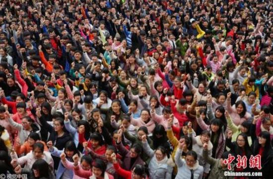 2月25日,河南省汝南一高举行高考百日誓师励志大会。图片来源:视觉中国