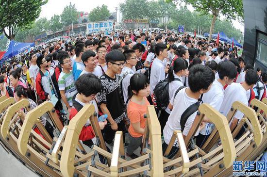 资料图:2016年高考,考生在河北省邢台市第七中学考点进入考场。  新华社记者 朱旭东 摄