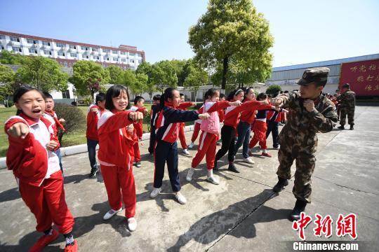 资料图:江西新余中小学生接受相关教育训练。 周亮 摄