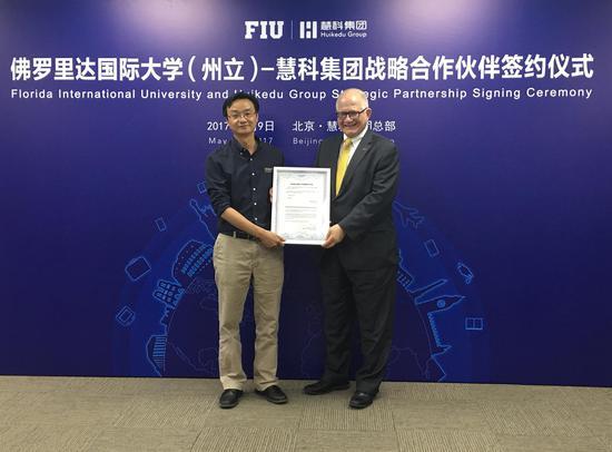 佛罗里达国际大学(州立)授予慧科集团战略合作伙伴证书,FIU校长Dr。 Mark B.Rosenberg(右)慧科集团创始人、总裁王浩博士(左)
