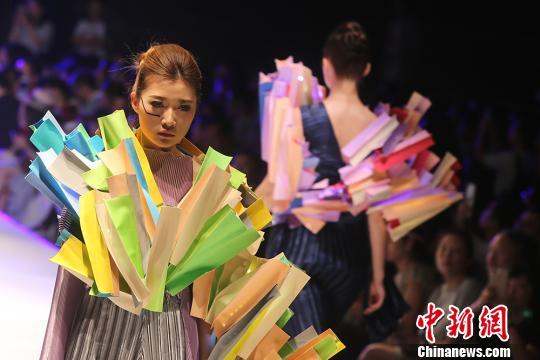 时装秀展现了学生们四年来对服装艺术专业的时代感悟与思考。 泱波 摄