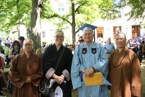 哥伦比亚大学首位僧人毕业 亲友团着袈裟成焦点