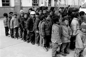 """贵州农村贫困生上学不用""""先交钱再补贴"""""""