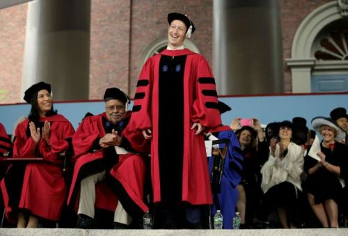 """扎克伯格:哈佛毕业生应专注三种方式 建立一个""""目标""""世界"""