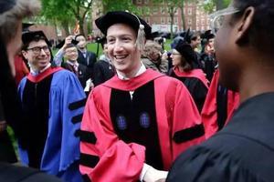 扎克伯格终于从哈佛毕业 励志演讲不忘秀恩爱