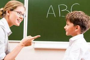 低龄留学美国 陪读妈妈不忘教娃学汉字