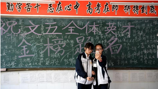 6月4日,学生在教室里合影留念。