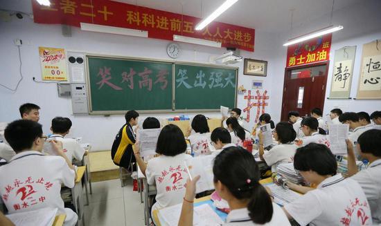 衡水二中高三学生在教室内进行最后的考前自由复习。