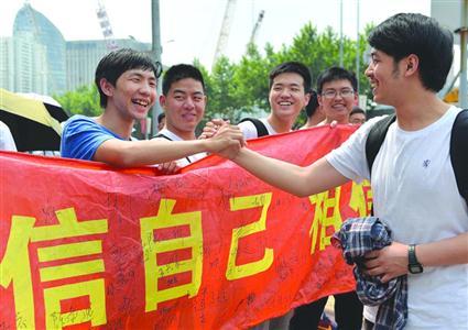 昨日,徐汇中学考点的送考同学为考生加油鼓劲。 /晨报记者 陈征