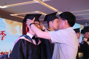 """中国家长送娃高中去留学:为了""""快乐学习"""""""