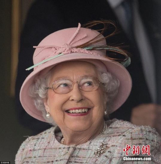 资料图:当地时间2018-08-22是现任英国女王伊丽莎白二世91岁的生日,伦敦多个地标举行鸣枪礼庆祝,向这位全球在位最久的君主致意。当天,在英国纽伯里,英国女王伊丽莎白二世来到纽伯里马场观看赛马,庆祝91岁生日。