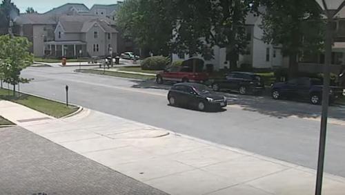 录像显示,章莹颖上车之后,车辆向北开走。(视频截图)