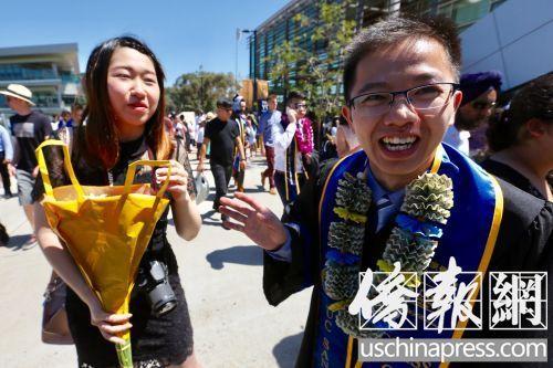 圣地亚哥加大毕业生梁演铜(右)与室友(左)一起出席了毕业典礼。(美国《侨报》/邱晨 摄)