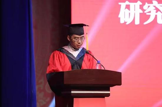 研究生院常务副院长龚学庆教授宣读学位授予决定