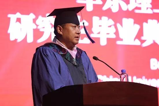 毕业生代表董振鹏发言