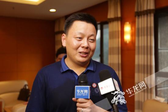 杨馥伟的班主任老师张发强接受记者采访。记者 李裕锟 摄