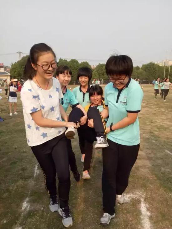 高考前减压趣味运动会上范筱雨(右前穿绿衣者)的照片