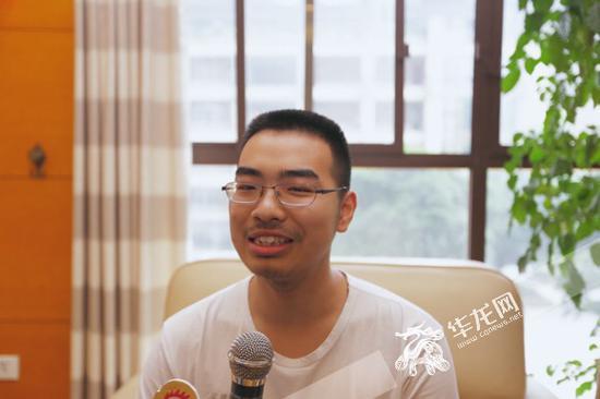 杨馥伟接受记者采访。记者 李裕锟 摄