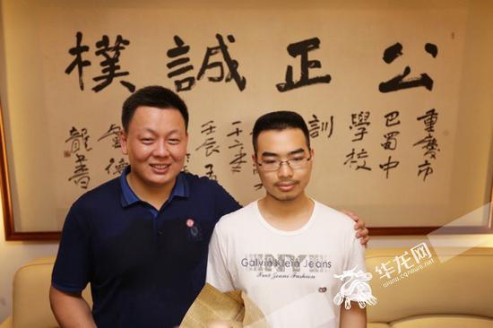杨馥伟与班主任老师张发强合影。记者 李裕锟 摄