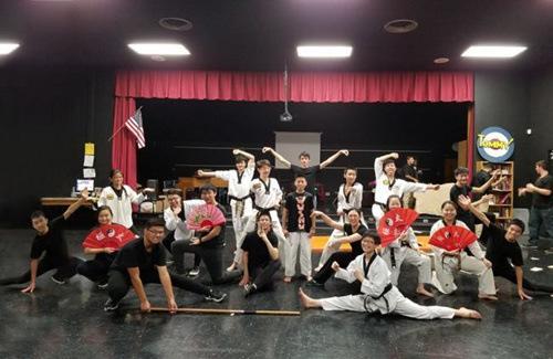 杨晨(前排右)酷爱跆拳道,多次在社团中指导新学员和表演。(美国《世界日报》/杨晨提供)