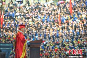 """重庆大学校长毕业致辞潮语频出""""引共鸣"""""""