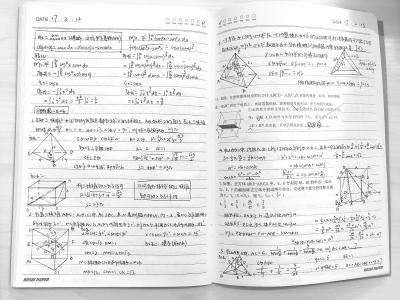 学生曾妮所做的数学笔记    记者陈晓彤 摄