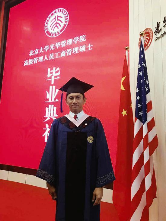 吴奇隆取得北大EMBA硕士 毕业照曝光网友跪了