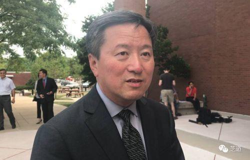 王志东律师在法庭外接受侨报记者采访。(美国《侨报》)