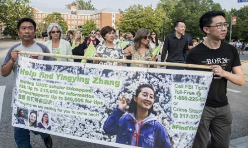 当地时间6月29日,美国伊利诺伊州,章莹颖家人和朋友在为章莹颖举办的祈祷集会上。 图片来源:美联社