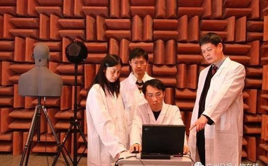 吴硕贤在指导学生。