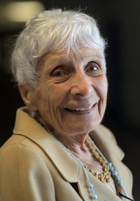 美国89岁教师退休 70年职业生涯教过祖孙三代人