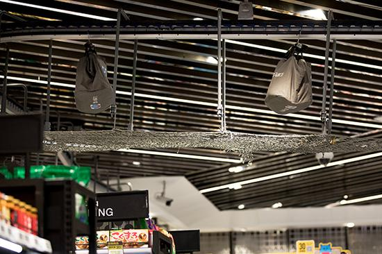店内挂着金属链条的网格麻绳是盒马全链路数字化系统的一部分。
