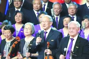 """""""学霸""""合唱团,前排右一为程不时,拿话筒者为刘西拉。图/清华大学上海校友会艺术团提供"""