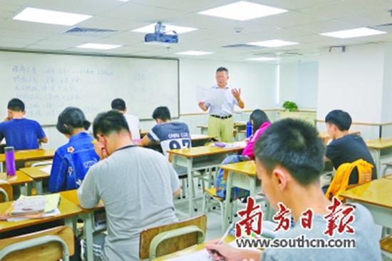 某复读机构的学生在上课。