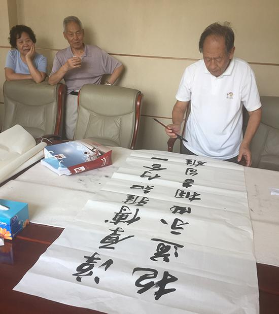 耿征正在为新生手写寄语。