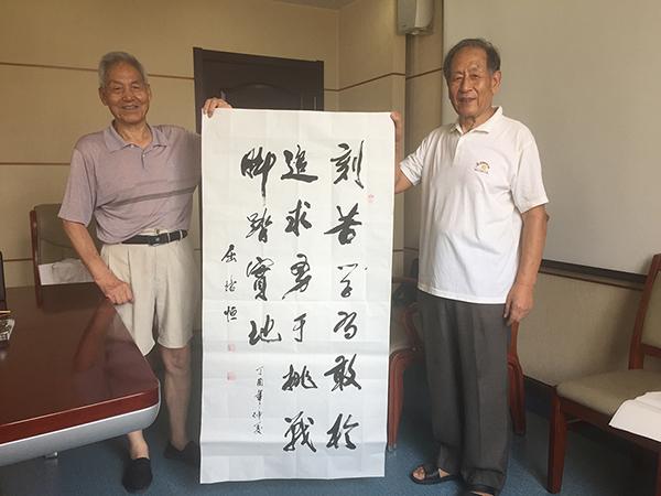 屈培恒(左)为新生手写的寄语:刻苦学习,敢于追求,勇于挑战,脚踏实地