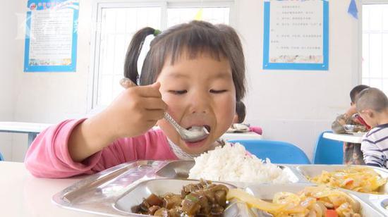 学校提供热乎的营养餐,不是简单的吃饭问题,而是传递社会关爱和正能量图片