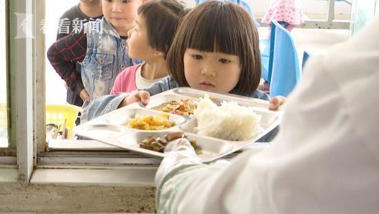 孩子接过餐盘