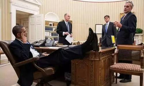 为什么美国人喜欢把脚放在桌子上?