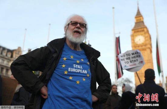 """资料图:当地时间2017年3月13日,英国伦敦,民众在国会大厦前聚集示威。英国议会上院投票通过""""脱欧""""法案,这为英国正式启动""""脱欧""""扫清了法律障碍。"""