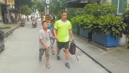 8日,杨先生将双胞胎儿子领回家