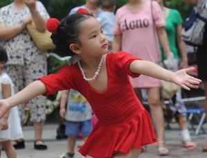 从娃娃抓起!5岁女孩跳广场舞走红